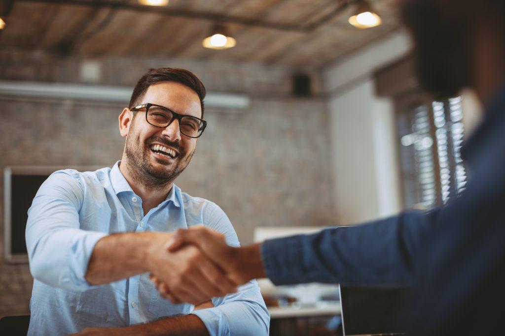 Unternehmer schließt einen Vertrag